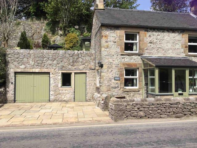 Hartington village cottage with 2 parking spaces!