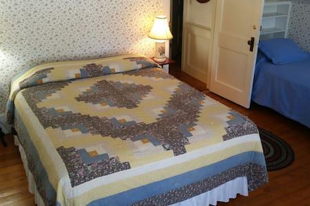 Hawks House Inn Room 11, 2 beds, sleeps 3 - Walpole - Bed & Breakfast