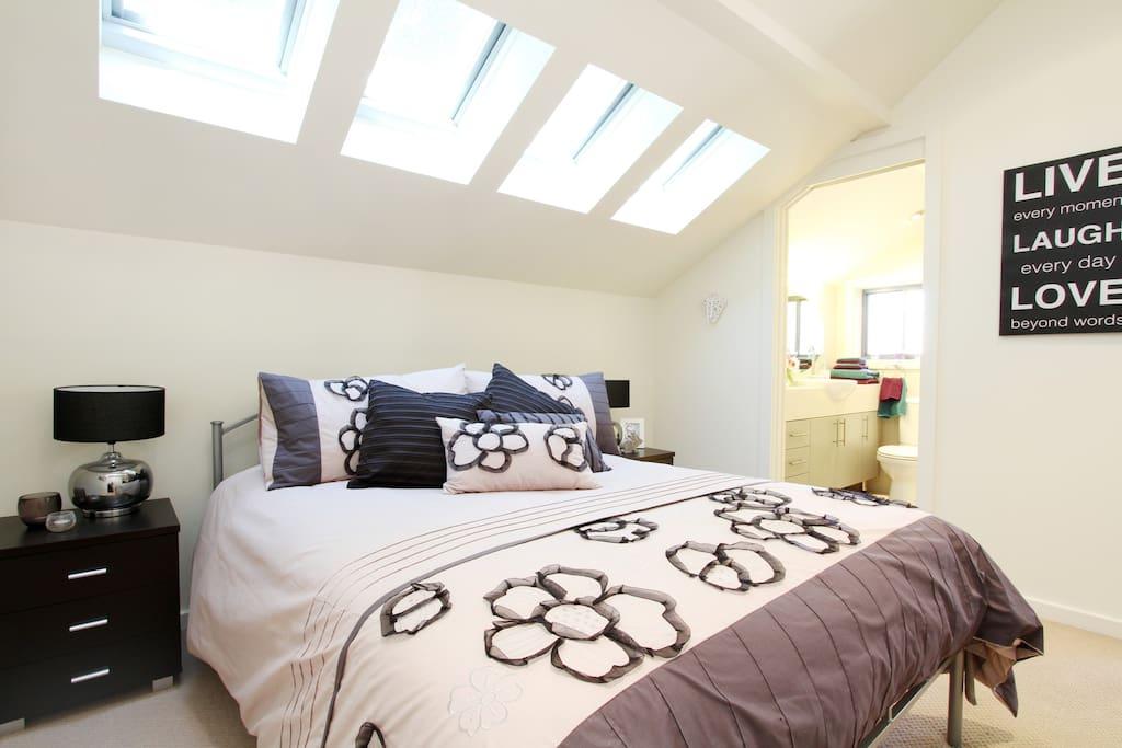 Chambre principale avec velux et salle de bain lofts louer cremorne new south wales - Velux salle de bain ...