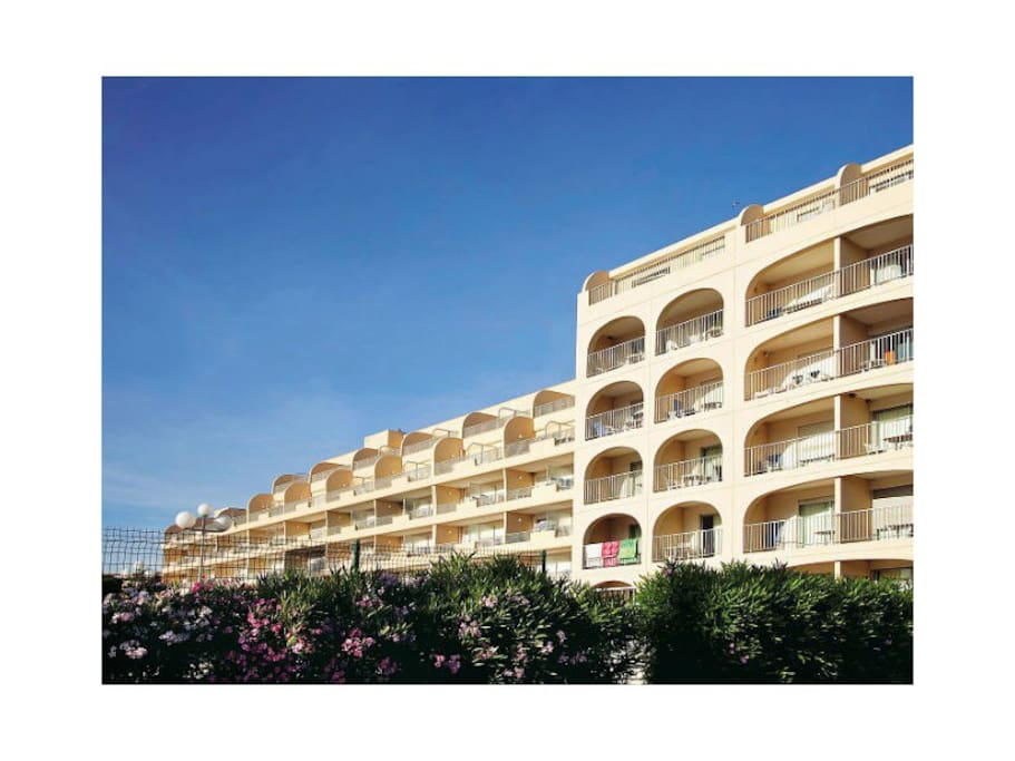 Beau studio port de hyeres vue mer apartments for rent for Decor de france hyeres