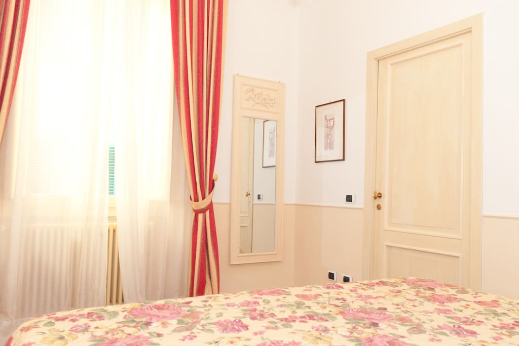 double bedroom with king size bed, arrangeable also as two twin beds
