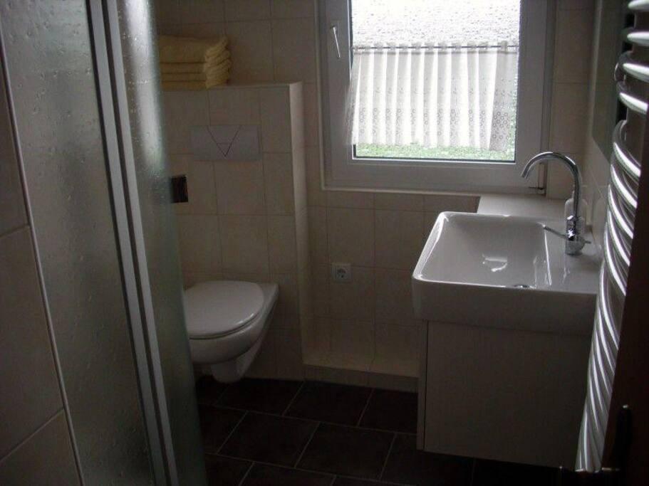Schönes Bad in der Wohnung . In der Wohnung befinden sich insg. 2 Toiletten.