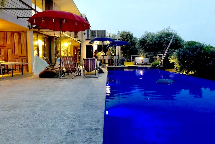 Contemporary house, infinity pool, panoramic view, 6 people!