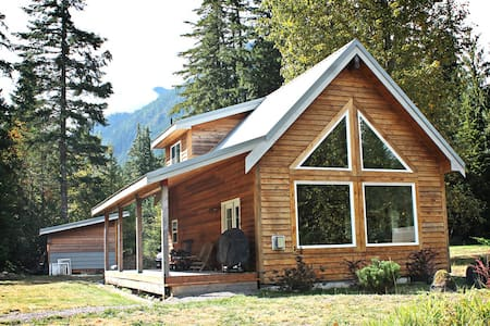 Modern Money Creek Cabin - Skykomish