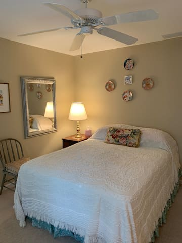 Rehoboth -private Queen suite with private bath