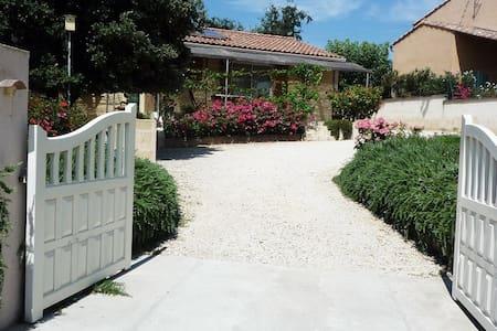 Une Maison, des Roses et du Calme - Montfrin - Ev