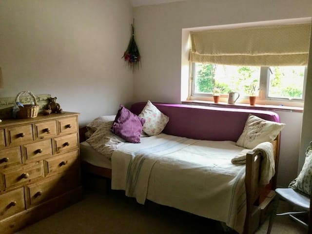 Cosy single room in town location - Garden view