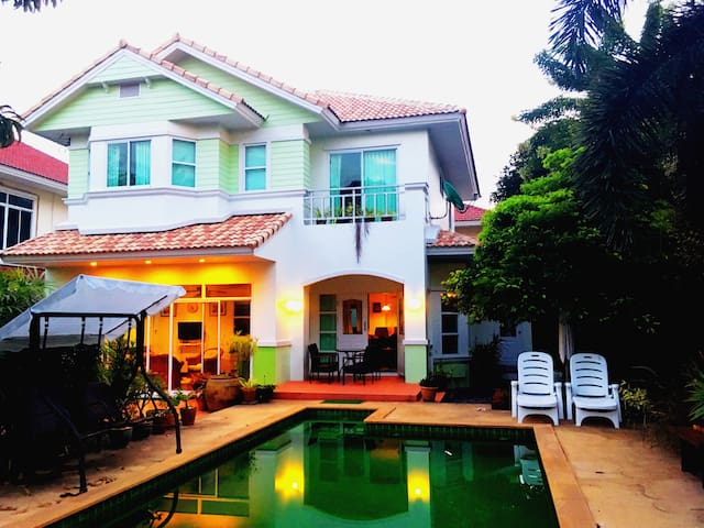 Baan Peacock. Bed & Breakfast with private pool. - Chang Wat Chon Buri - Dům pro hosty