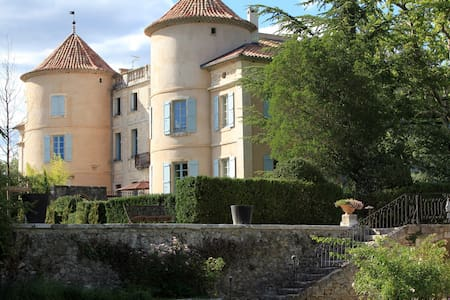 Suite in a castle in South France - Linna
