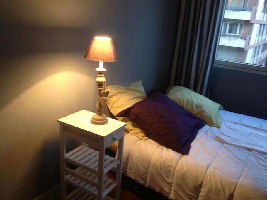 Belle chambre avec salle de bain apartments for rent in for Salle de bain translation