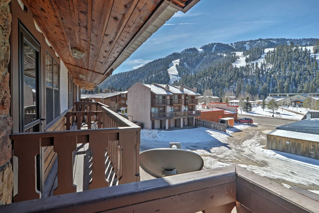 This property features 2 balconies and stunning mountain views!