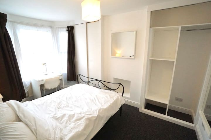 Large bright room in quiet, residential area .1