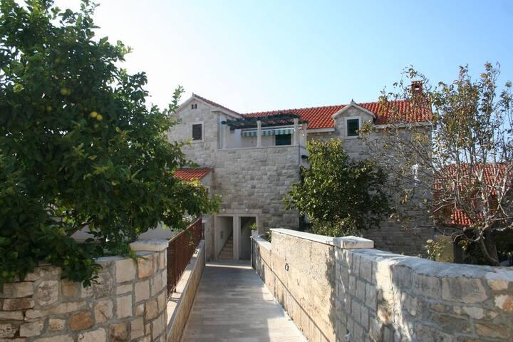 Appartement de deux chambres avec la terrasse et la vue sur le mer Postira, Brac (A-2906-b)