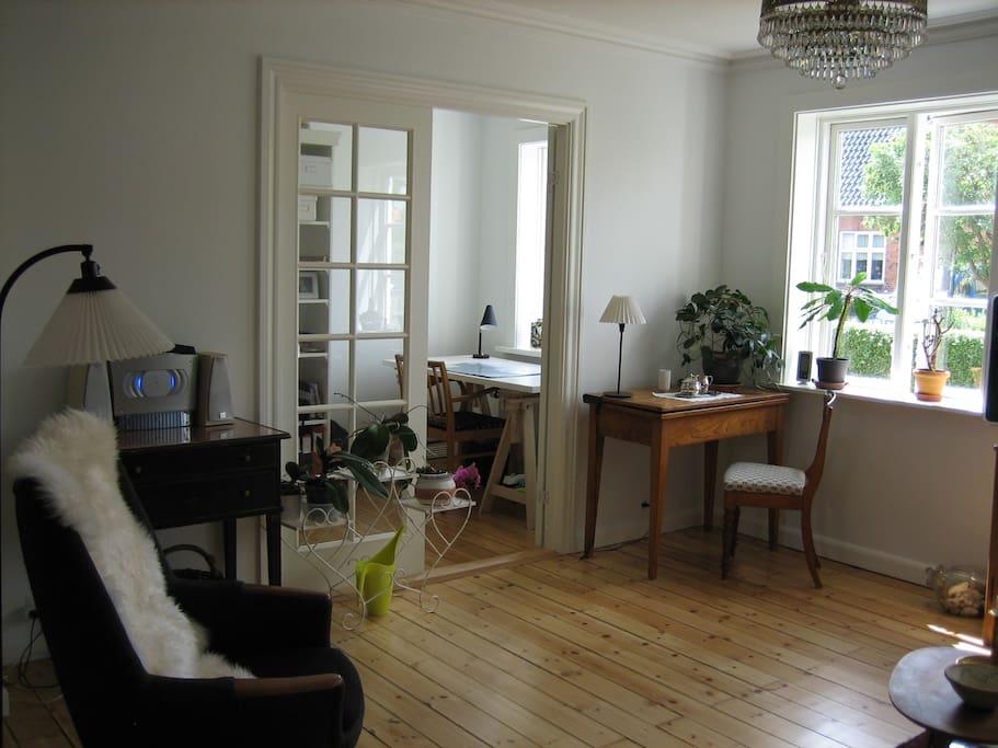 stuen med indgang til lille værelse