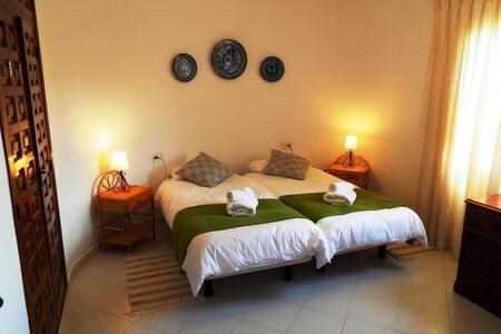 Villa Carfax, espacios, soleada y bonitas vistas. - Orba - Almhütte