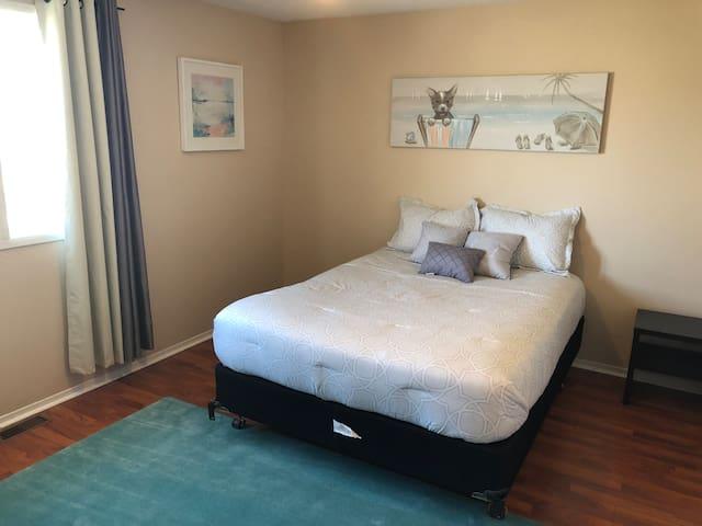 Spacious Bedroom by HWY in Family Neighbourhood