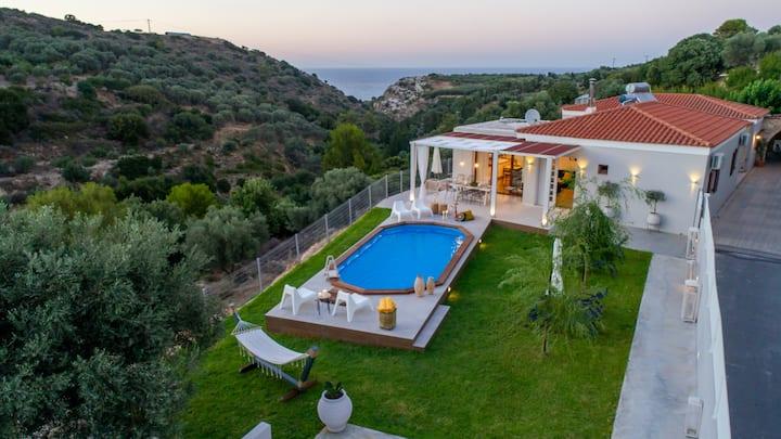 Elegant brand new villa,pool,BBQ, 2km from town!
