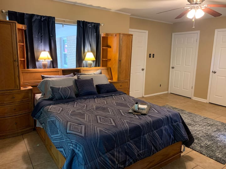 Large Room w/desk, minutes from Downtown & Midtown