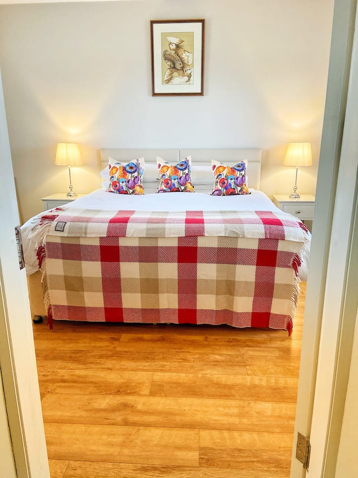 Super King Bed Room, private entrance in Doolin