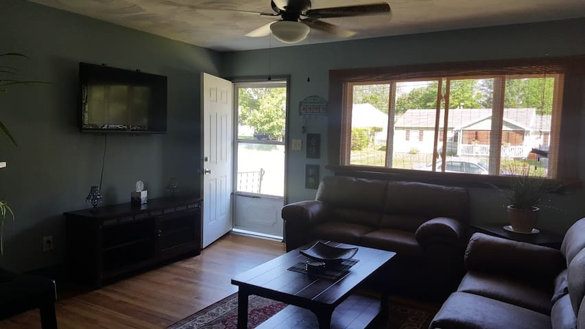 Cozy Home Minutes From Downtown & Brewery District - Utica - Casa