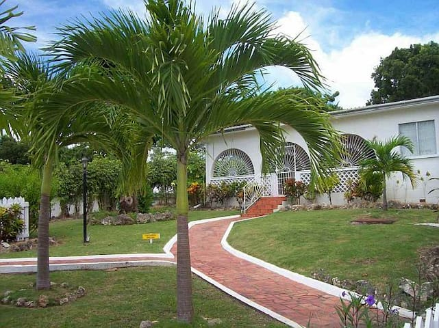 Villa Guido-Tropical 3Bd near Beach - Holetown - Haus