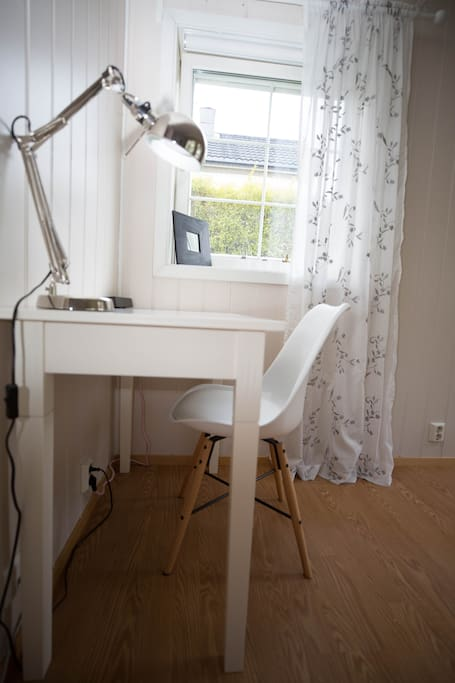 Writing desk / laptop