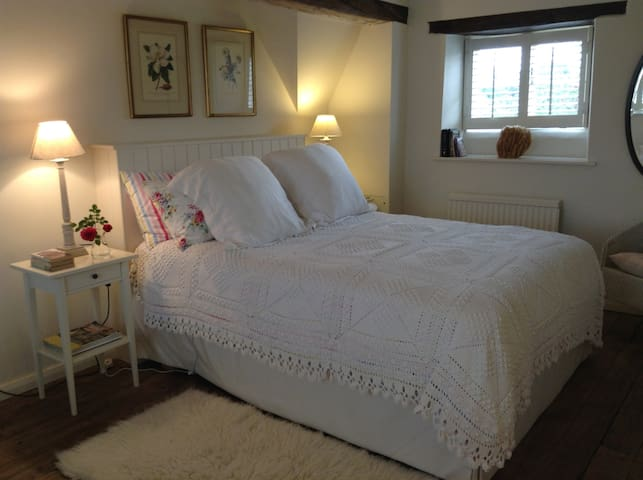 Large double top floor bedroom - Tetbury