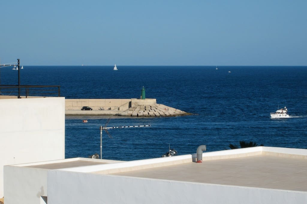 Vistas desde la terraza hacia la balíza del puerto.