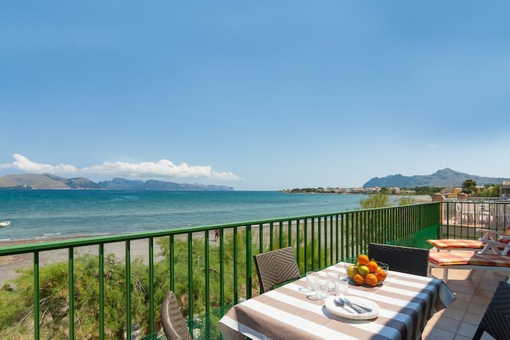 Sunny beach front apartment in Alcudia