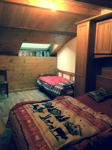 Chambre 2 avec un grand lit de 140 x 190 et Un lit de 90 x 190