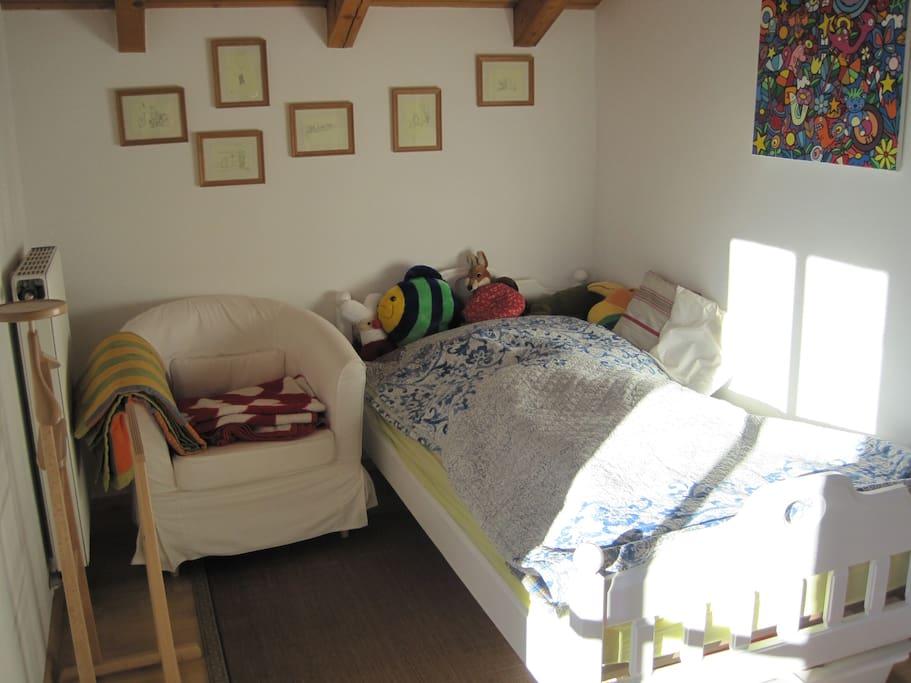 gem tliches zimmer mit hochbett houses for rent in. Black Bedroom Furniture Sets. Home Design Ideas