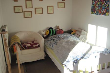 gemütliches Zimmer mit Hochbett - Holzkirchen
