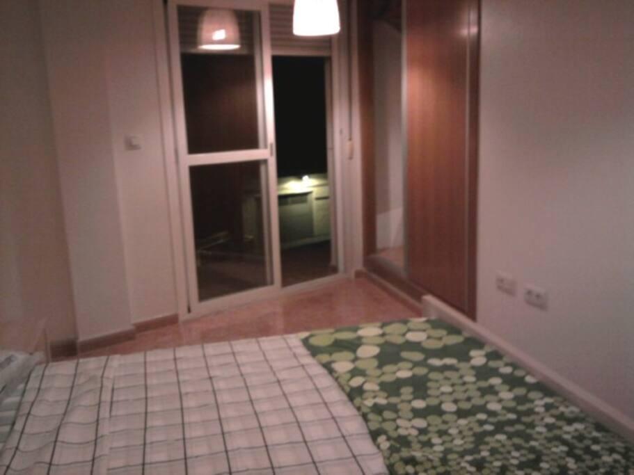 Dormitorio con cama doble, salida a balcón, baño en suite, armarios empotrados. Muy soleada.