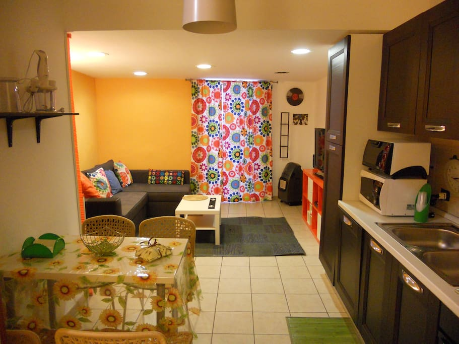 primo livello dotato di aria condizionata: cucina e soggiorno con divano. First floor with air conditioner: kitchen and living room with sofa