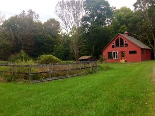 Robins' Nest Cozy Creek Cottage  - Akkord