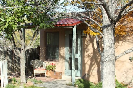 Bright, clean studio apt w/kitchen - Santa Fe