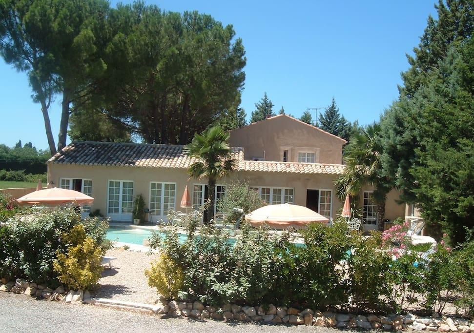 Gite kelly i saint remy de provence flats for rent in for Entretien jardin st remy de provence