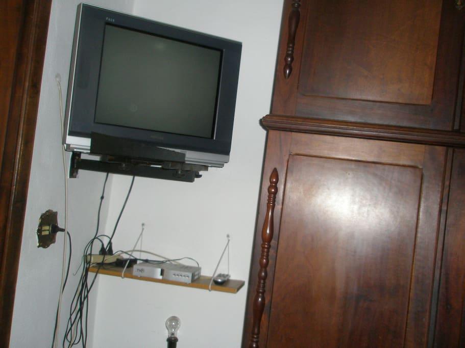 Tv a Cabo e armário em imbuia