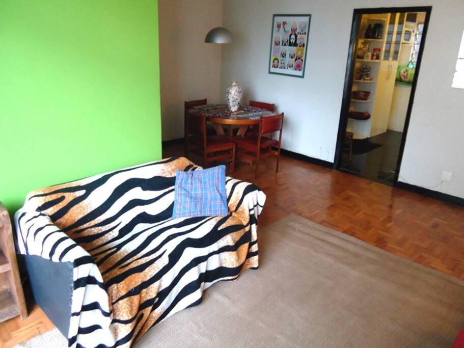 Sala e mesa de jantar; cozinha / Living and dining room; kitchen.