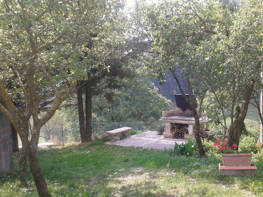 vista giardino con barbecue