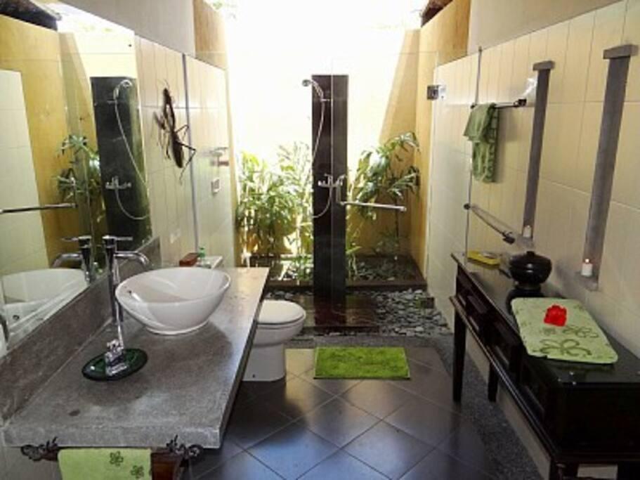 Une des trois salles de bain