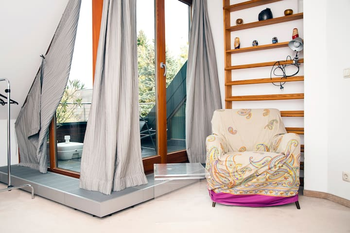 Schlafzimmer mit Blick auf Dachterrasse