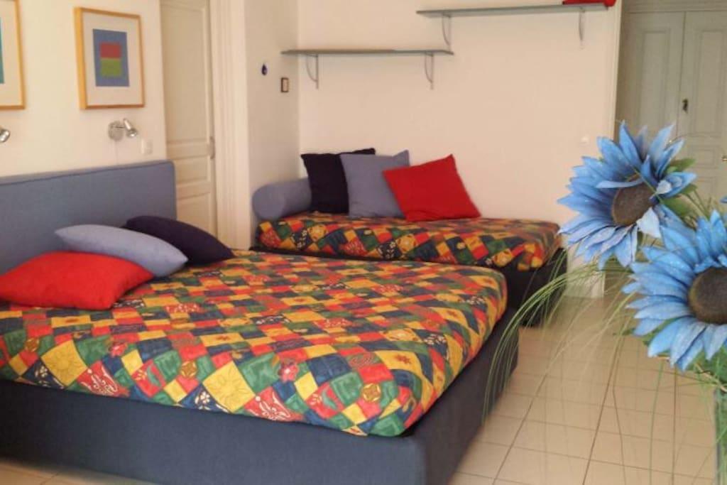 Camera da letto con letto matrimoniale e letto singolo