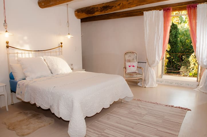 Deluxe en-suite room, near Pont du Gard & Avignon