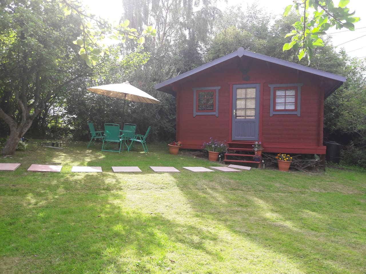 Your own clamping in the city in a beautiful little log cabin. With 3 separate rooms there is lots of room to enjoy your stay in Edinburgh.
