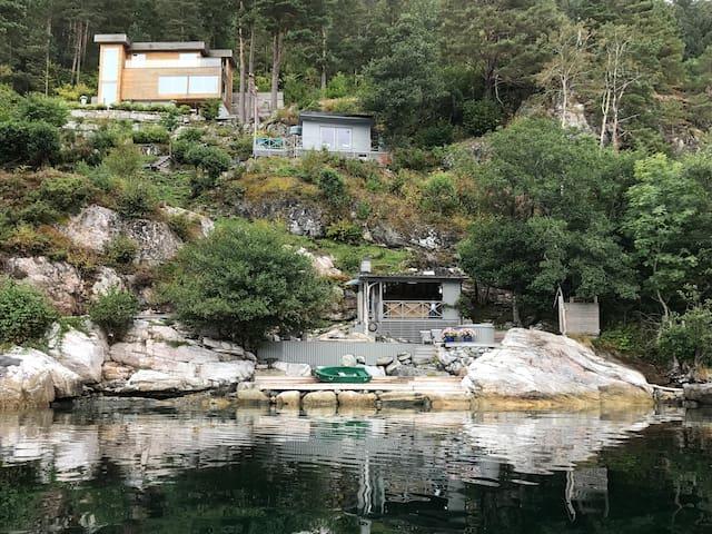 Moderne hus i naturskjønne omgivelser
