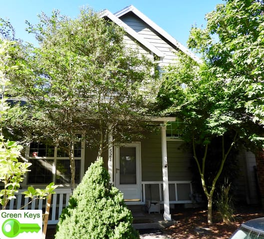 Like-New 3-Bedroom Townhouse Near Columbia River
