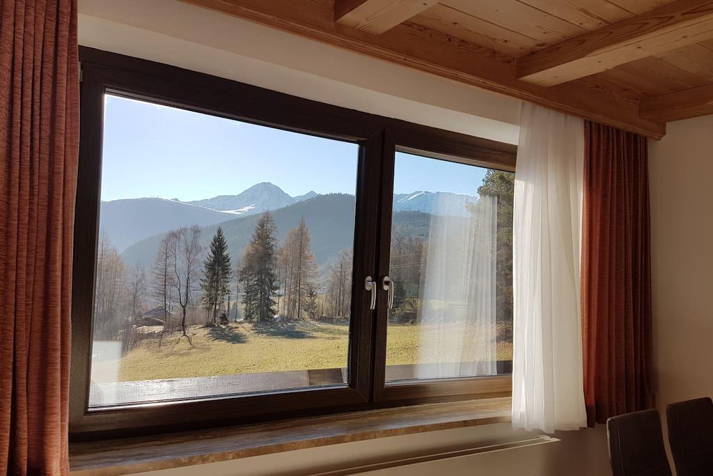 Aussicht auf die wunderschöne Bergwelt Tirols