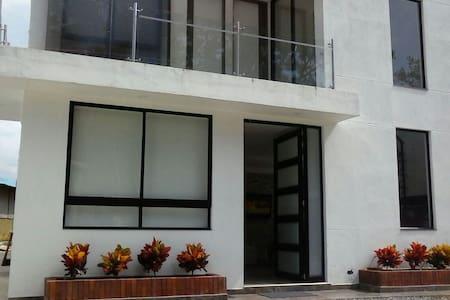 Hermosa casa en villeta capacidad 16 personas - Guaduas