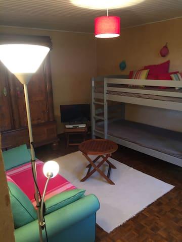 Chambre 2 lits superposés et canapé TV